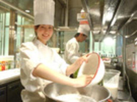 ケーキに自家製ワッフル!デニッシュサンドや各種ライスボウル等お食事も充実カフェのキッチンスタッフ