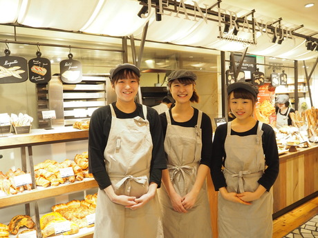 表参道駅中・ベーカリーカフェでアルバイト パンの袋詰め・カフェドリンクの製造販売【パン販売スタッフ】